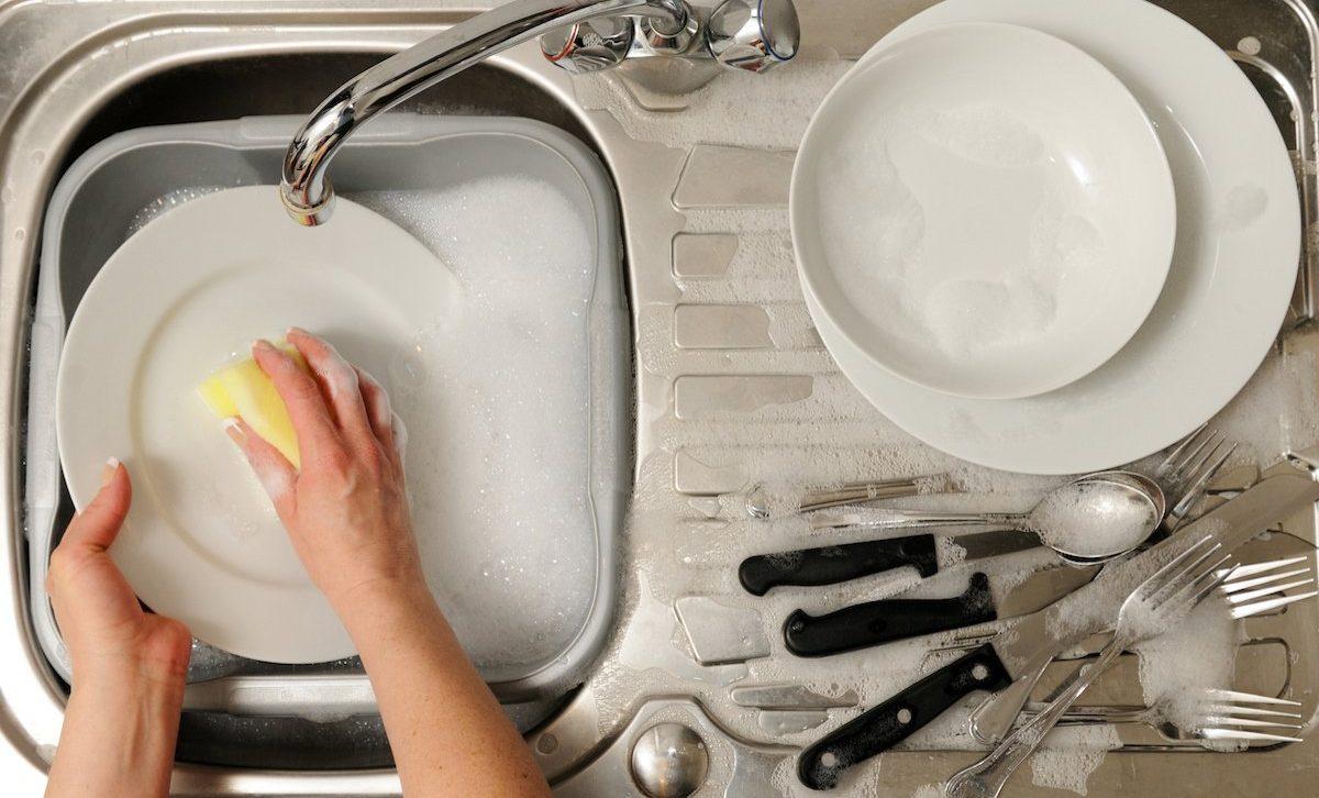 мыть-посуду-во-время-грозы